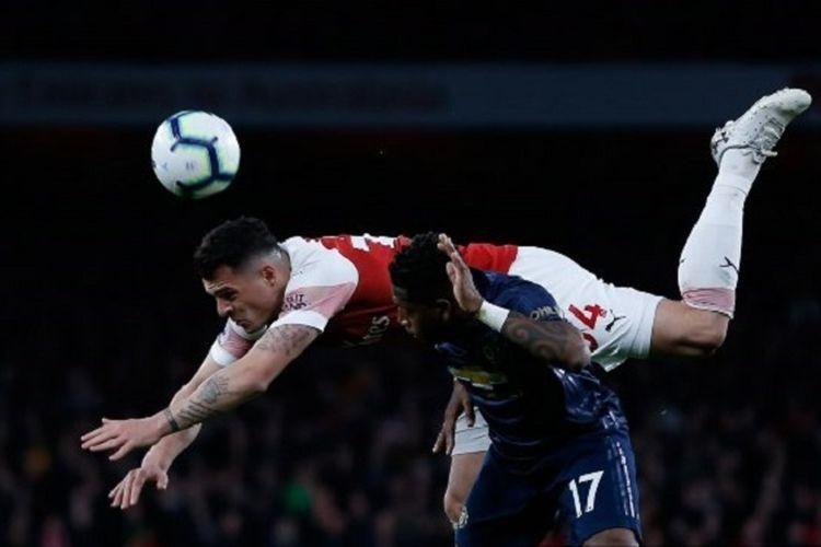 Granit Xhaka dan Fred berduel pada pertandingan Arsenal vs Manchester United di Stadion Emirates dalam lanjutan Liga Inggris, 10 Maret 2019.