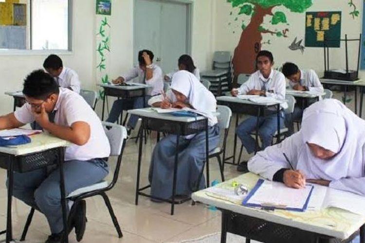 Untuk pertama kalinya dalam sejarah, pelajar SMA/Paket C mengikuti Ujian Nasional di wilayah Sabah, Malaysia, yang dimulai Senin (4/4/2016)
