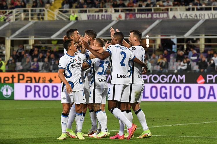 Gelandang Inter Milan Ivan Perisic (paling kanan) merayakan golnya ke gawang Fiorentina bersama rekan setimnya. Inter Milan bertamu ke kandang Fiorentina, Stadion Artemio Franchi, Rabu (22/9/2021) dini hari WIB, pada pekan kelima Liga Italia 2021-2022.