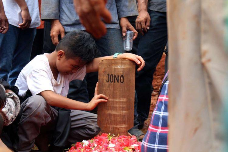 Suasana pemakaman massal korban kecelakaan bus Tanjakan Emen di TPU Legoso, Ciputat Timur, Kota Tangerang Selatan, Minggu (11/2/2018). Sedikitnya 27 orang tewas dalam kecelakaan tersebut.