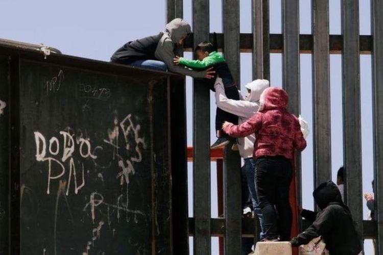 Ratusan anak migran diyakini hidup tanpa orang tuanya di Amerika Serikat akibat kebijakan imigrasi Trump.