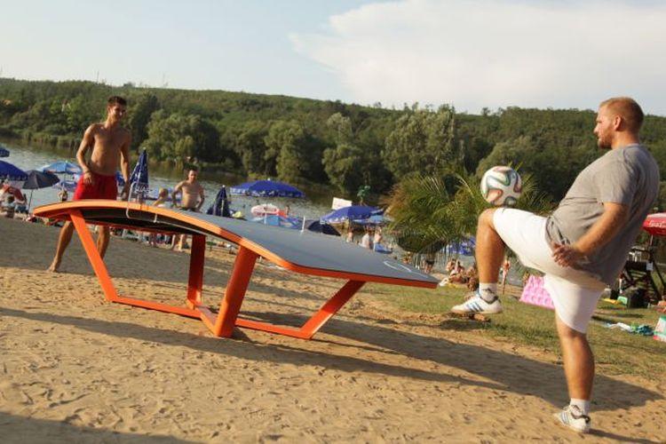 Olahraga teqball mengombinasikan antara sepak bola dan tenis meja.