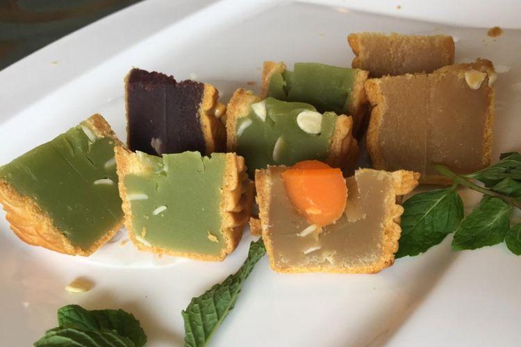 Empat rasa kue bulan yaitu pandan, lotus kuning telur, kacang merah dan durian yang dijual di Tien Chao, Gran Melia.