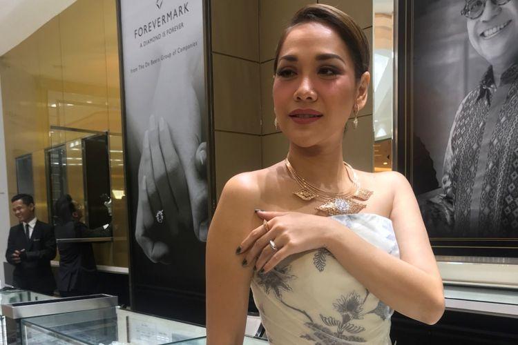 Penyanyi Bunga Citra Lestari memamerkan koleksi perhiasan Nusantara dari The Palace National Jeweler di mal Sumarecon Bekasi (4/9).