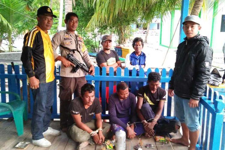 Jajaran Polsek Tambelan mengamankan lima terduga pelaku ilegal fishing yang menggunakan bahan peledak di perairan Pulau Pejantan Desa Mentebung Kecamatan Tambelan Kabupaten Bintan, Kepulauan Riau (Kepri).