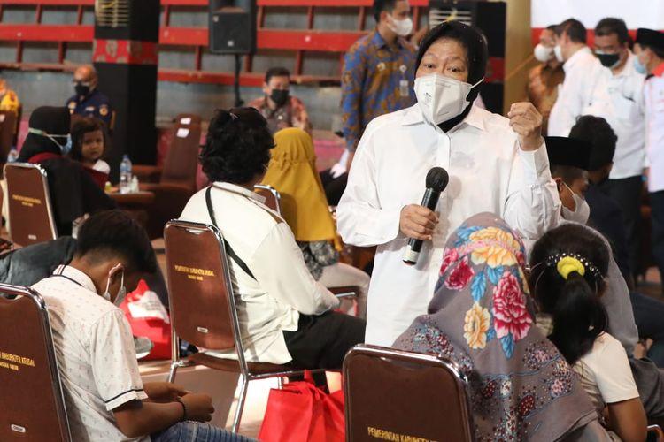 Menteri Sosial Tri Rismaharini saat menyalurkan bantuan Asistensi Rehabilitasi Sosial (Atensi) di Gedung Olahraga Sasana Krida Bahurekso, Kendal, Jawa Tengah, Kamis (23/09/2021).