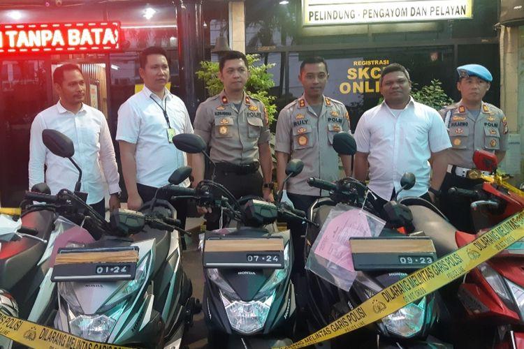 Kapolsek Tamansari AKBP Ruly Indra Wijayanto dan barang bukti motor hasil curian, Senin (4/11/2019).