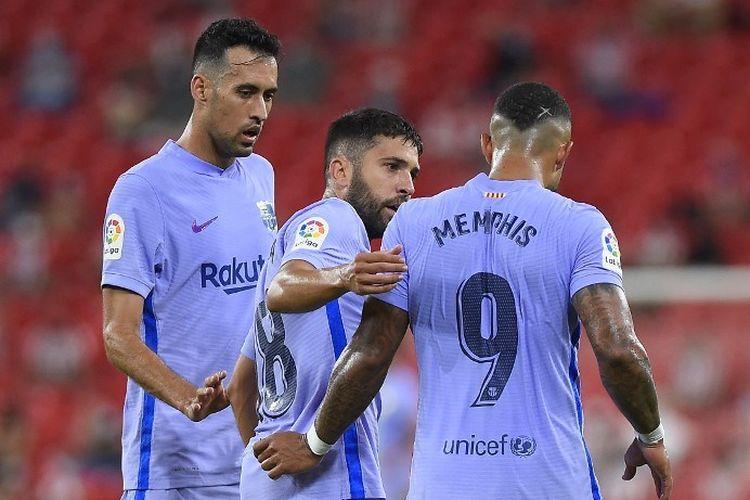 Penyerang Barcelona Memphis Depay merayakan gol kontra Athletic Bilbao bersama Jordi Alba dan Sergio Busquets pada laga Liga Spanyol di Stadion San Mames, Minggu 22/8/2021) dini hari WIB.
