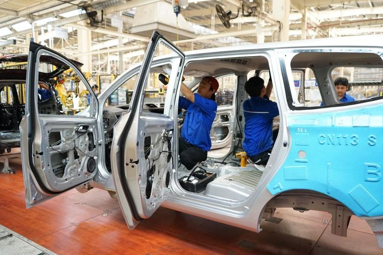 Aktivitas pekerja pada proses produksi di sektor industri otomotif, Jakarta, Senin (14/9/2020).