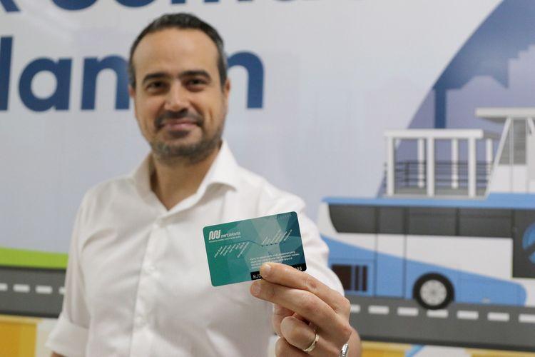 Country Leader and General Manager for Signify Indonesia Rami Hajjar menunjukkan kartu MRT saat akan mencoba menggunakan transportasi massal MRT di Stasiun Bundaran HI, Jakarta, Senin (2/12/2019).