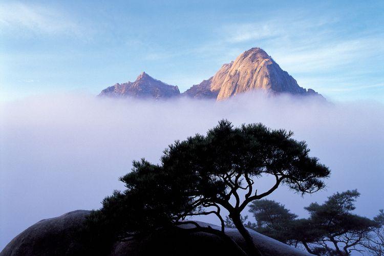 Gunung Bukhansan merupakan salah satu destinasi wisata alam di Seoul, Korea Selatan.