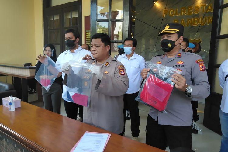 Wakil Kepala Polisi Resor Kota Besar (Wakapolrestabes) Bandung AKBP M Yoris Maulana tengah memperlihatkan barang bukti pelaku pembunuhan saat rilis di Mapolrestabes Bandung.