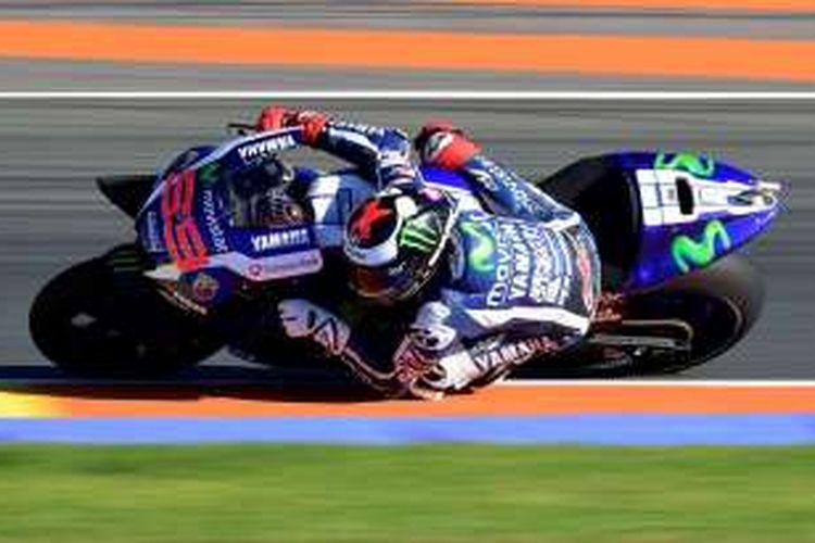 Pebalap Yamaha Team asal Spanyol, Jorge Lorenzo, memacu motornya pada sesi latihan bebas pertama GP Valencia di Sirkuit Ricardo Tormo, Jumat (11/11/2016).