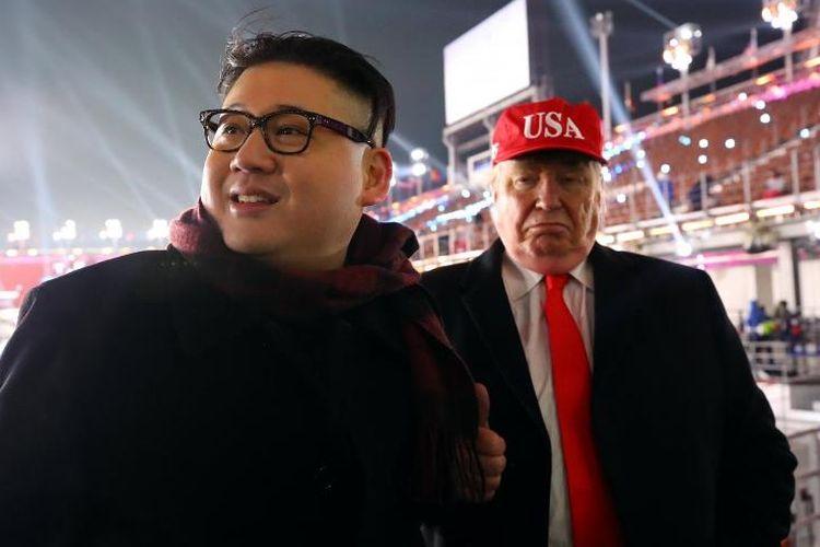 Dua orang masing-masing menirukan Pemimpin tertinggi Korea Utara Kim Jong Un dan Presiden AS Donald Trump terlihat di upacara pembukaan Olimpiade Musim Dingin 2018 di Pyengchang, Jumat (9/2/2018).