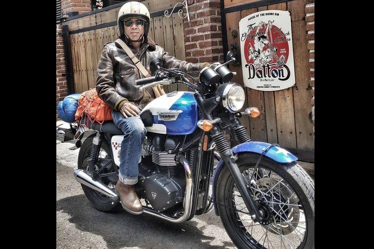 Budi Dalton dan salah satu koleksi motor gede atau mogenya.