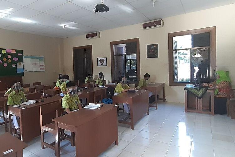 Para siswa dan guru memakai masker dan face shield saat kegiatan belajar dan mengajar (KBM) di SMPN 4 Solo, Jawa Tengah, Rabu (4/11/2020).