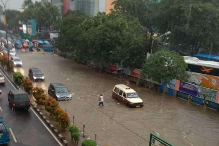 Genangan setengah meter merendam ruas Jalan Margonda Raya, mulai dari depan Ramayana Plaza Depok, Terminal Depok hingga lampu merah Ramanda di pertigaan Jalan Margonda dan Jalan Arif Rahmam Hakilm, Senin (10/4/2017) sore.