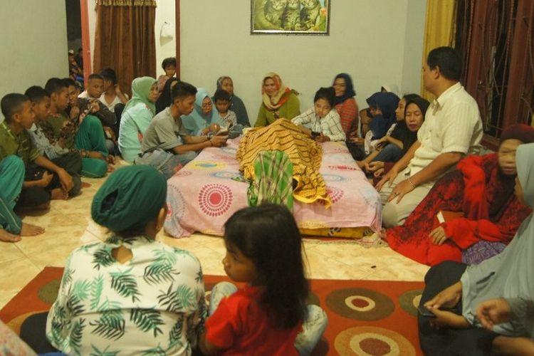 Suasana di rumah duka korban tewas dalam kecelakaan laut pengantar pengantin di Pulau Pangkep, Sulawesi Selatan.