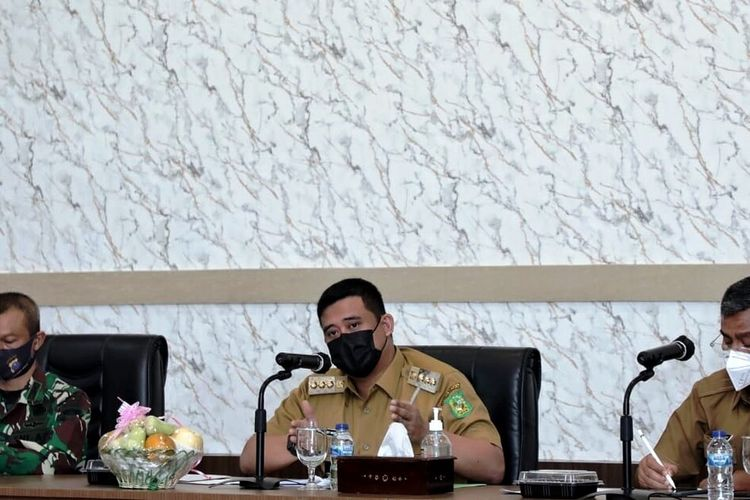Wali Kota Medan Muhammad Bobby Afif Nasution memimpin rapat persiapan vaksinasi Covid-19 tahap dua di ruang rapat kantor wali kota Medan, Rabu (3/3/2021)