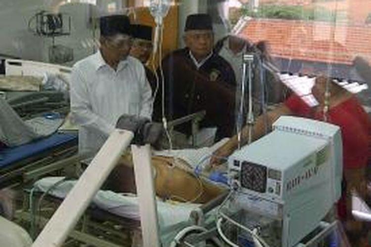 Anggota Watimpres Hasyim Muzadi jenguk Mathur di RSU dr Soetomo Surabaya.