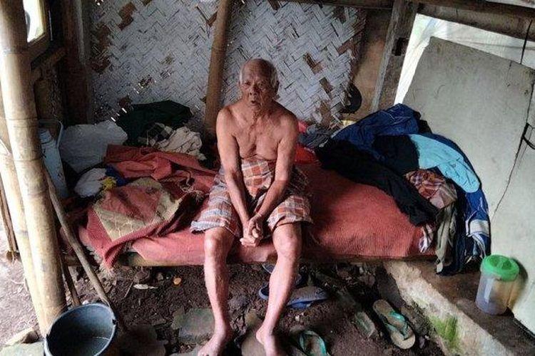 Abah Sarji, berusia 102 tahun, Warga Desa Lengkong, Garawangi, Kuningan, Jawa Barat mengaku memilih tinggal di kawasan kuburan. Sering liat arwah