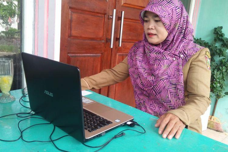 Untuk menyiasati HP yang dibawa orangtua bekerja, Tri Heni guru SDN 25 Pekanbaru, Riau mengajak siswanya belajar daring di akhir pekan. Pada hari kerja biasanya tidak lebih dari 10 siswa yang bisa mengikuti pembelajaran daring, saat dilaksanakan pada akhir pekan ada 25 siswa yang bisa mengikuti pembelajaran.