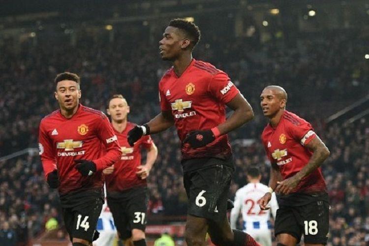Jesse Lingard dan Ashley Young merayakan gol Paul Pogba dalam pertandingan Manchester United vs Brighton & Hove Albion dalam lanjutan Liga Inggris di Stadion Old Trafford, 19 Januari 2019.