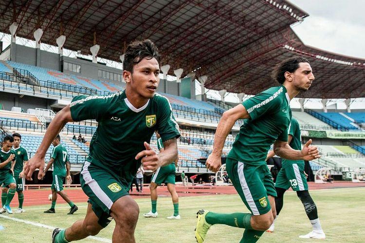 Pemain muda Persebaya Surabaya Osvaldo Haay latihan perdana bersama pemain asing Mahmoud Eid di Stadion Gelora Bung Tomo Surabaya, Jawa Timur, Jumat (10/01/2020) sore.