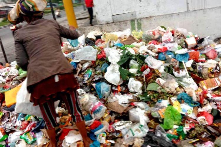 Sampah menumpuk di bahu jalan dan trotoar Jalan Letda Sujono, Kecamatan Medantembung, Kota Medan, Senin (14/6/2021)