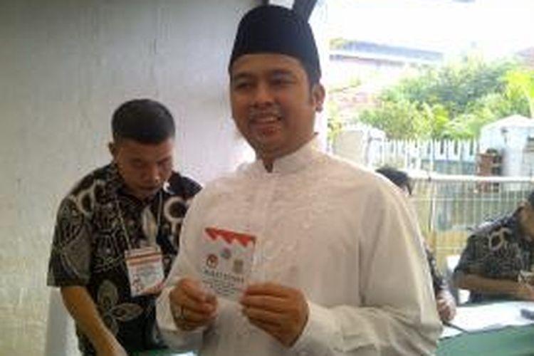 Calon Wali Kota Tangerang Arief R Wismansyah saat memberikan hak pilihnya dalam pelaksanaan Pilkada Kota Tangerang 2013. Dia mencoblos di TPS 8, Kelurahan Sukajadi, Kecamatan Karawaci, Kota Tangerang, Sabtu (31/8/2013).