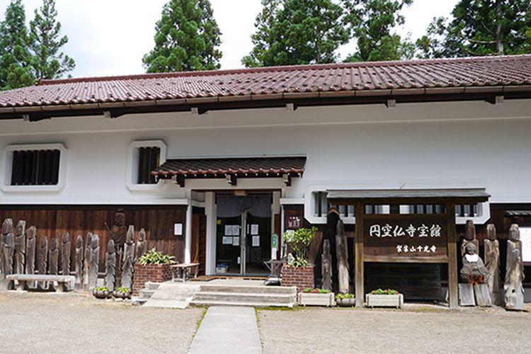 Kuil Senkoji di Takayama, Prefektur Gifu yang memiliki patung Ryomen Sukuna. Dewa tersebut juga merupakan salah satu tokoh antagonis dalam manga Jujutsu Kaisen.