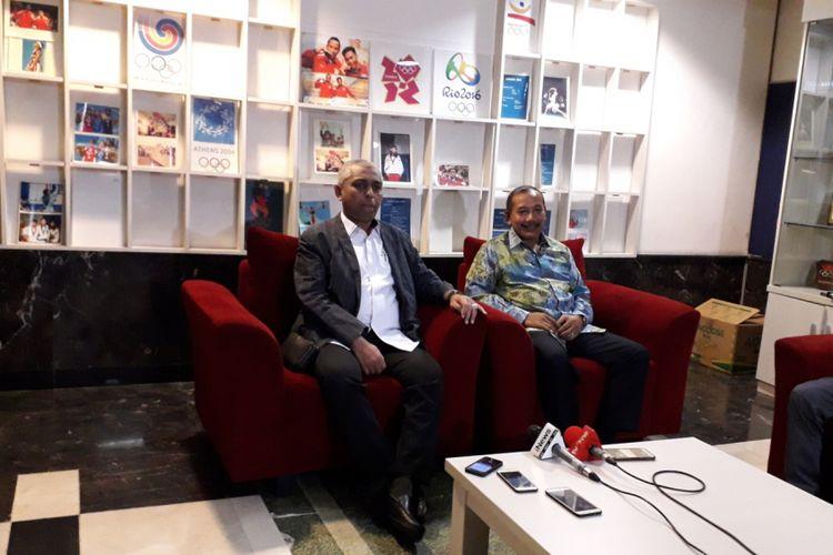 Penasehat Komite Adhoc Integritas PSSI, Jenderal (Purn) Badrodin Haiti (Kanan) didampingi ketua komite, Ahmad Riyadh saat memberikan keterangan pers seputar tugas Komite Adhoc Integritas di FX Office Tower, Jakarta, Rabu (13/2/2019).