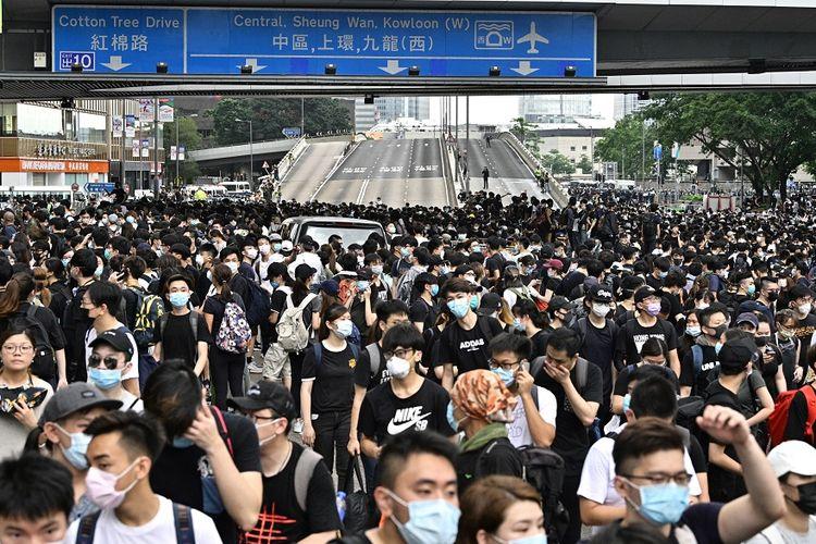 Massa pengunjuk rasa memadati dua ruas jalan raya utama di dekat kantor pusat pemerintahan di Hong Kong, Rabu (12/6/2019). Aksi massa itu untuk menentang UU Ekstradisi yang memungkinkan pelanggar untuk diekstradisi ke China daratan.