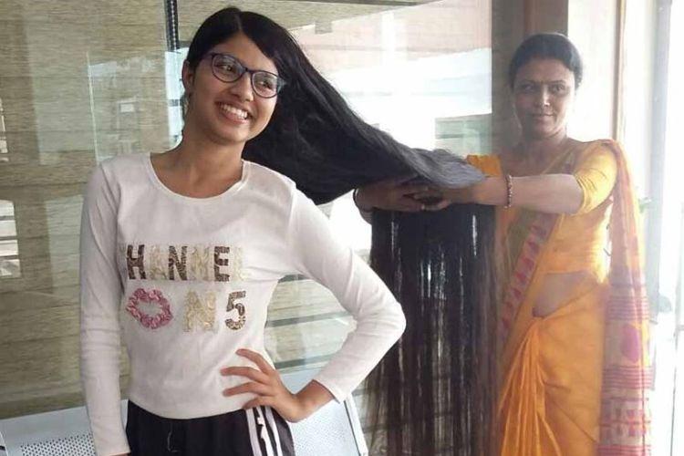 Nilanshi Patel (16) bersama ibunya, menunjukkan rambutnya yang sepanjang 170,5 sentimeter.