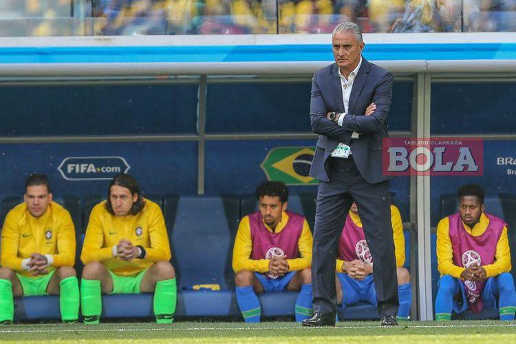 Pelatih timnas Brasil, Tite, menyaksikan anak buahnya beraksi kontra Kosta Rika pada laga fase grup Piala Dunia 2018 di Stadion Krestovsky, Saint Petersburg, pada 22 Juni 2018.