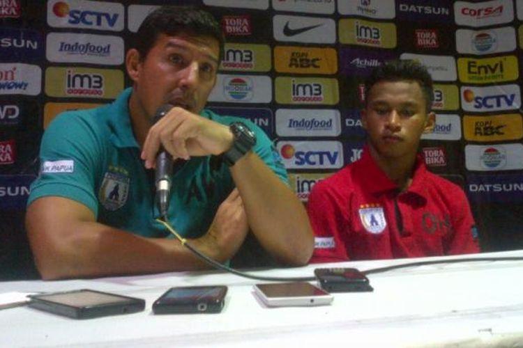 Pelatih Persipura Angel Alfredo Vera bersama Osvaldo Haay saat memberikan keterangan kepada media usai pertandingan kontra Persib Bandung di stadion Si Jalak Harupat, Kabupaten Bandung, Sabtu (12/11/2016) malam.