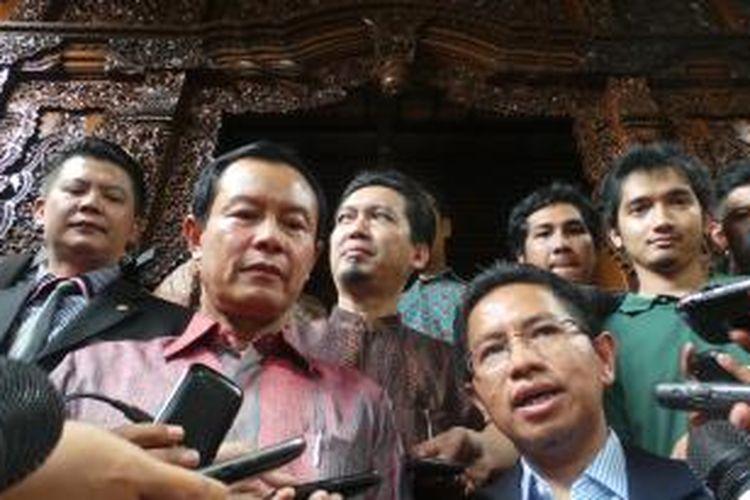 Komisi III Dewan Perwakilan Rakyat mendatangi rumah calon Kapolri, Komisaris Jenderal Sutarman, di kawasan Bintaro, Rabu (9/10/2013). Kedatangan Komisi III DPR ini merupakan salah satu rangkaian proses uji kepatutan dan kelayakan calon Kapolri.