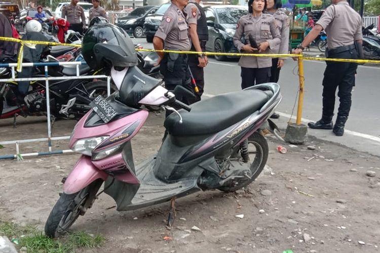Sejumlah polisi berjaga di sekitar sepeda motor milik Rabbial yang diberi garis polisi pada Rabu sore (13/11/2019). Dari sepeda motor itu, polisi menemukan dua butir peluru berkaliber 22 mm.