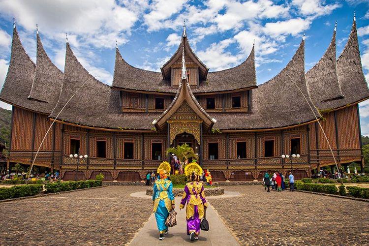 Ilustrasi Sumatera Barat - Tempat wisata Istano Basa Pagaruyung di Tanah Datar.