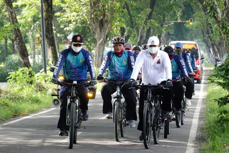 KELILING—Walikota Madiun, Maidi keliling dari kelurahan ke kelurahan setiap hari mengecek kondisi warga ditengah pandemi Covid-19, Rabu (15/4/2020).