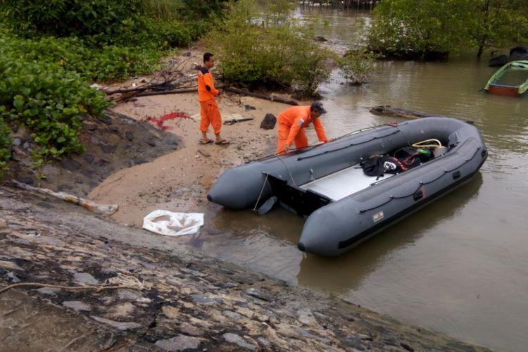 Tim SAR dari Basarnas Kabupaten Nunukan melakukan persiapan upaya pencarian korban tenggelam di Sungai Pampam, Nunukan. Rafik dilaporkan tenggelam saat mandi di Sungai Pampam pada Selasa (31/10/2017) lalu.