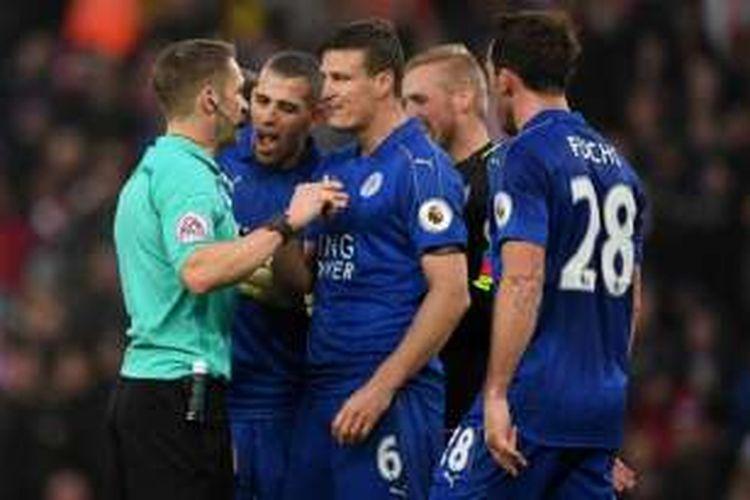 Para pemain Leicester City memprotes wasit Craig Pawson yang memberikan hadiah penalti kepada Stoke City, dalam lanjutan Premier League di Stadion Bet365, 17 Desember 2016.