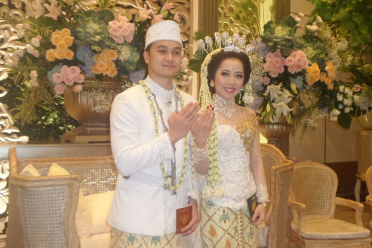 Karina Salim dan Aldy Primanda usai melangsungkan akad nikah di Thamrin Nine Ballroom, Jakarta Pusat, Sabtu (18/3/2017).