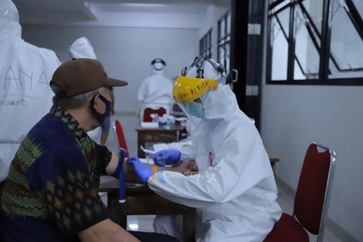 Warga Cipinang Besar Utara, Jatinegara, Jakarta Timur jalani rapid test Covid-19 di Gedung SDN 01, 02, 03, dan 04 Cipinang Besar Utara, Senin (4/5/2020).
