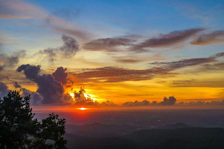 Pesona Sunset di Puncak Becici.