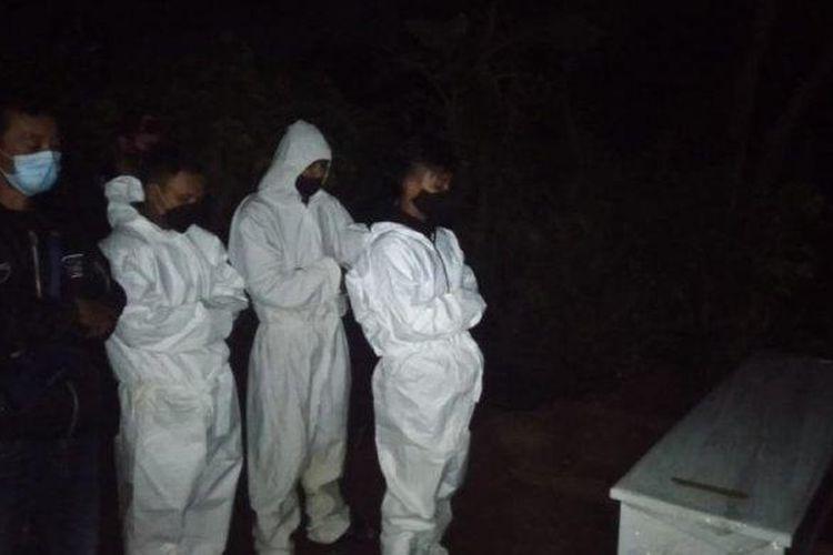 Petugas memakamkan jenazah pasien Covid-19 di TPU Cikadut, Kota Bandung, Jawa Barat, Rabu (12/5/2021) malam.