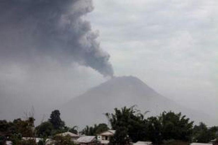 Gunung Sinabung di Kabupaten Karo, Sumut, meletus lagi pada Selasa, 17 September 2013 pukul 12.03. Gunung meletus pada Minggu dan mengharuskan ribuan warga yang tinggal di kaki gunung segera mengungsi. Status gunung masih Siaga III.