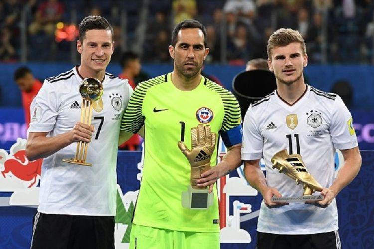 Tiga peraih penghargaan individu di Piala Konfederasi 2017 adalah Julian Draxler (pemain terbaik), Claudio Bravo (kiper terbaik), dan Timo Werner (pencetak gol terbanyak), dianugerahi Bola Emas, Sarung Tangan Emas, dan Sepatu Emas seusai final di Saint Petersburg, Minggu (2/7/2017).