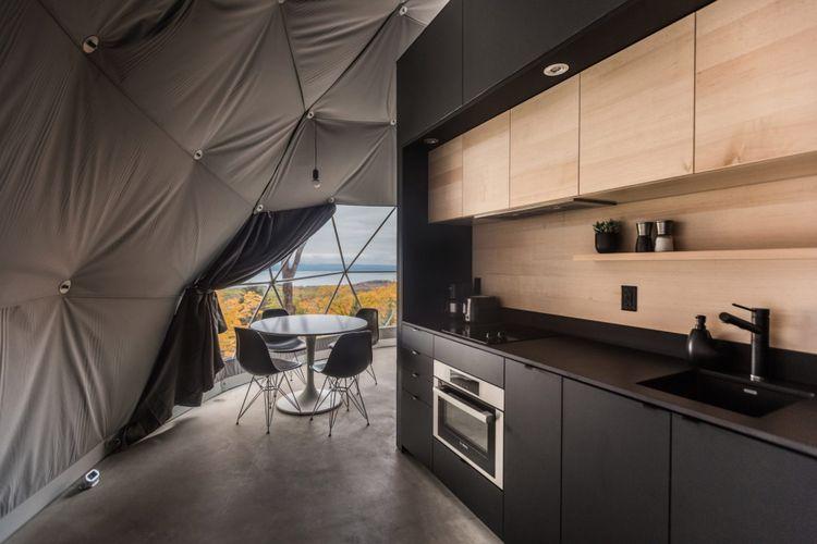 Setiap tenda dilengkapi dengan mezanine yang juga berfungsi sebagai tempat tidur tambahan.
