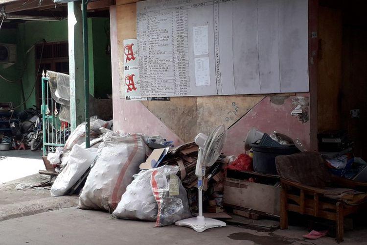 Tumpukan sampah yang disumbangkan warga untuk pembangunan Masjid Al Mujahidin, Koja, Rabu (30/1/2019).